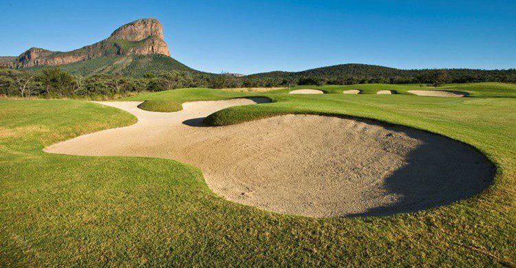 Legend Golf & Safari Resort y al fondo, la montaña del '19º Extreme' (https://www.facebook.com/legendsgroup/)