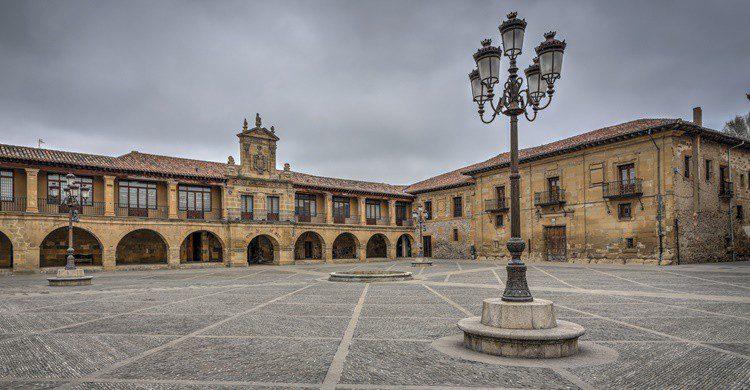 Plaza Mayor de Santo Domingo de la Calzada. RibeirodosSantos (iStock)