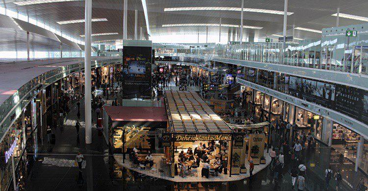 T1 del aeropuerto del Prat de Barcelona. Dino Geromella (iStock)