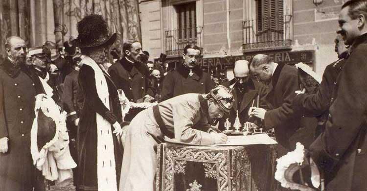 Imagen de la firma del acta de inauguración de las obras por parte de Alfonso XIII (granvia.memoriademadrid.es)