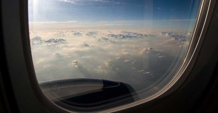 ¿Te habías preguntado alguna vez por qué las ventanillas de los aviones tienen esa forma? (Flickr)