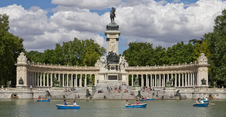 Monumento a Alfonso XII junto al estanque del Retiro (wikimedia.org)