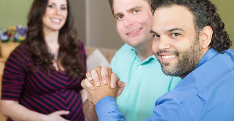 La gestación subrogada para parejas homosexuales no está permitida en muchos países (iStock)