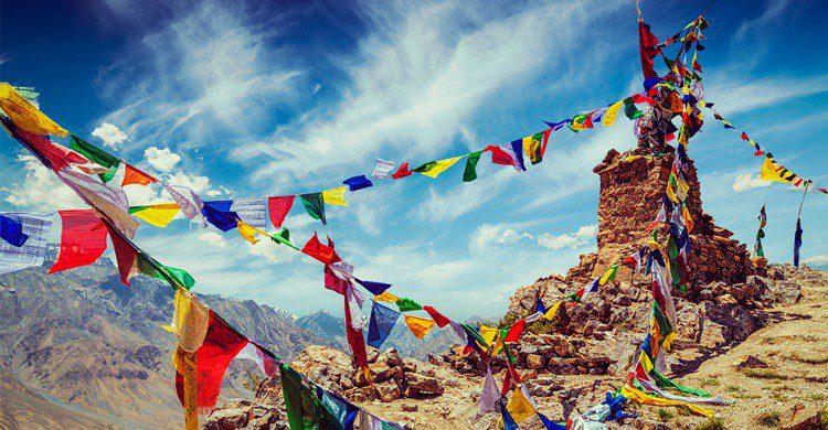Banderas de oración en el Tíbet, una de las regiones que visitó Alexandra David-Néel. F9photos (iStock)