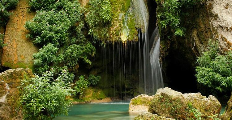 Salto de agua en el nacedero (Bea.miau, Wikipedia)