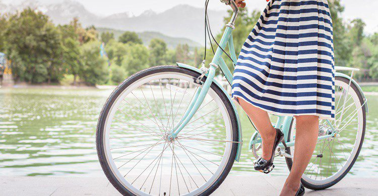Mujer en bicicleta. Pilin_Petunyia (iStock)