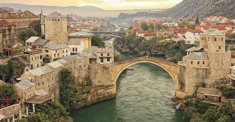 La ciudad de Mostar con su célebre puente. Donyanedomam (iStock)