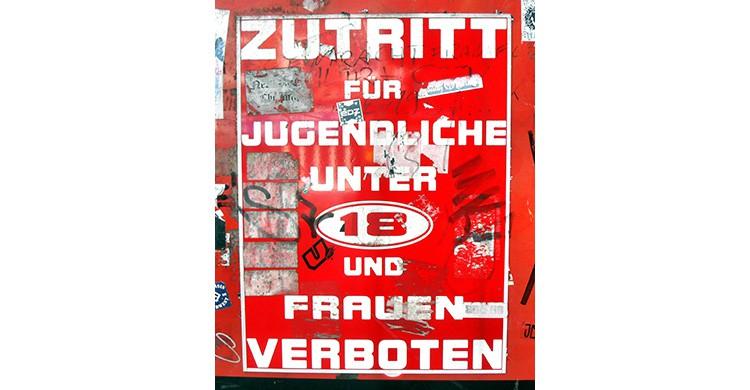 Cartel rojo y blanco de rohibido el paso a las mujeres en la Herbertstraße de Hamburgo