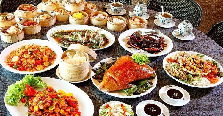 imagen de platos de comida china y chop suey