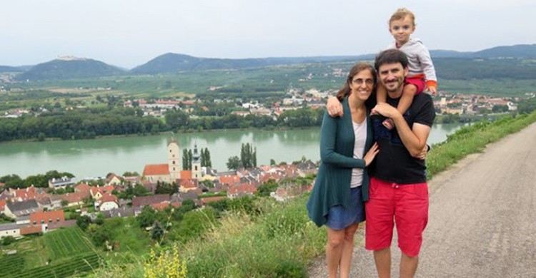 Aldana, Dino y Tahiel posan durante uno de sus viajes