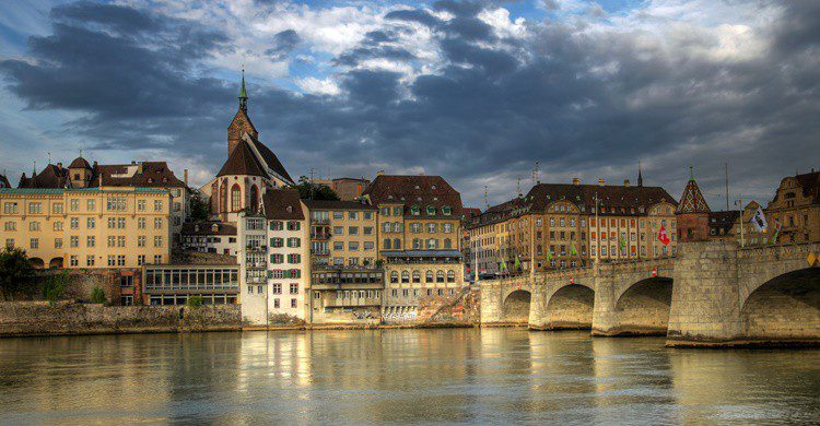 Basilea y su famoso puente sobre el Rhin. Repistu (iStock)
