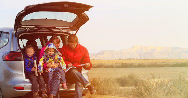 Familia haciendo un road trip con un coche adecuado para ellos. Nadezhda1906 (iStock)