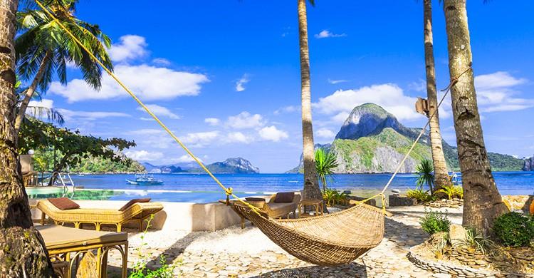 Una playa tropical con palmeras en Filipinas