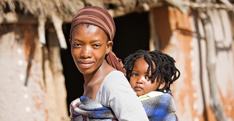 Mujer con hijo colgado de la espalda en Ruanda