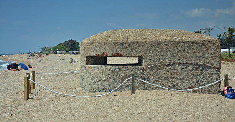 Búnker en la playa de Santa Susanna. Alberto-g-rovi (Wikipedia Creative Commons)