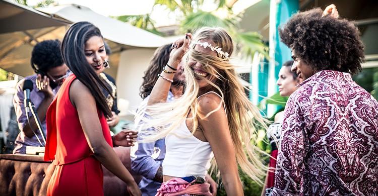 Chicos se divierten en una discoteca de Ibiza