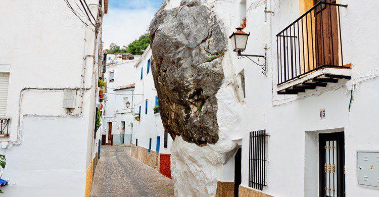 Calle y casa en una roca de Ubrique. Mmeee (iStock)