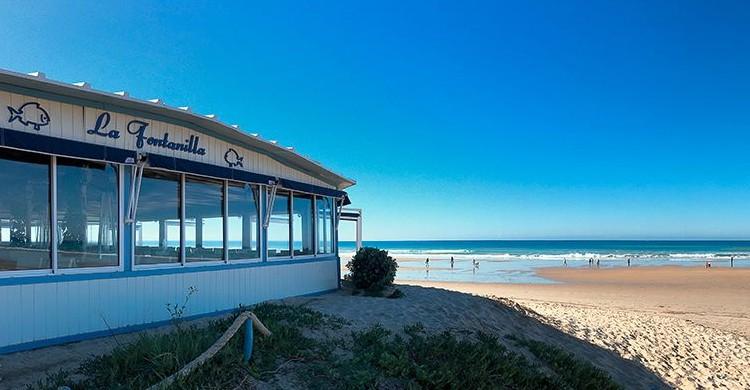 Restaurante y playa (Restaurante La Fontanilla, Facebook)