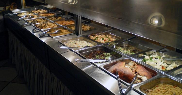 Expositores del buffet oriental (Sigland, Facebook)