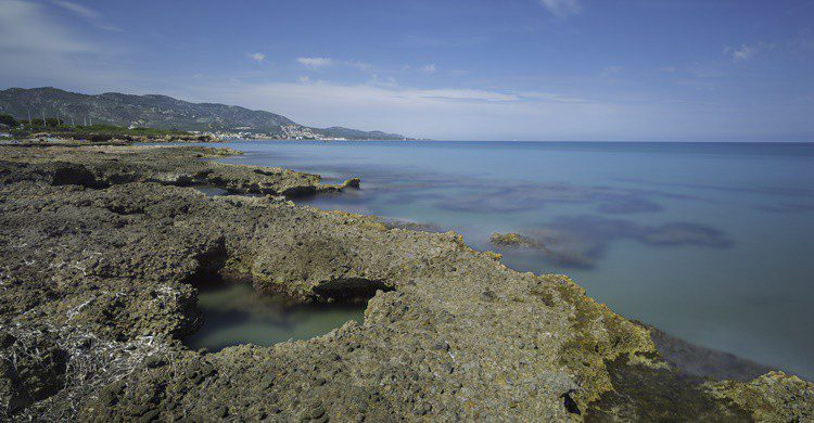 Playa de roca y aguas cristalinas en Alcossebre. Josfor (iStock)