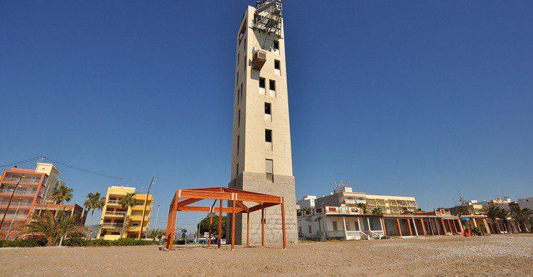 Faro-radar en la playa de Nules. Verner187 (Flickr)