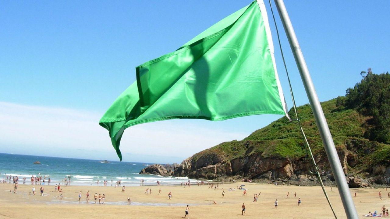 Bandera en la playa que señaliza las fuerza de las olas.