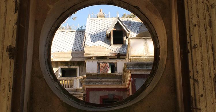 Vistas del Castillo de Egaña desde una ventana redonda