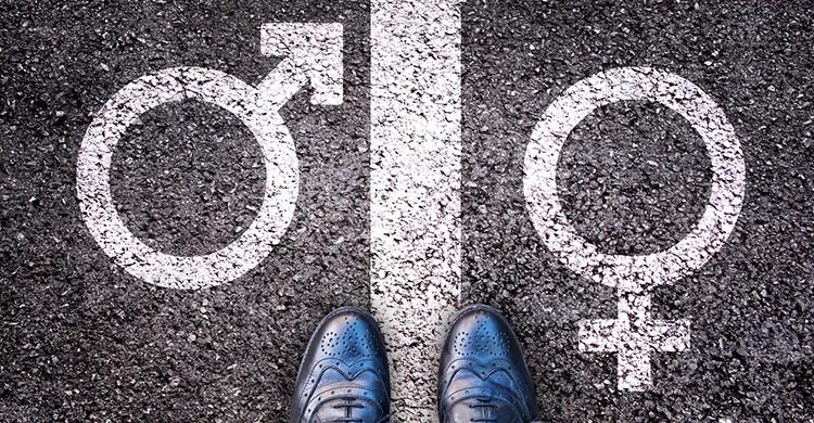 Pies masculinos ante dos símbolos LGTB