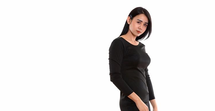 Una mujer transexual de rasgos asiáticos posa delante de la cámara