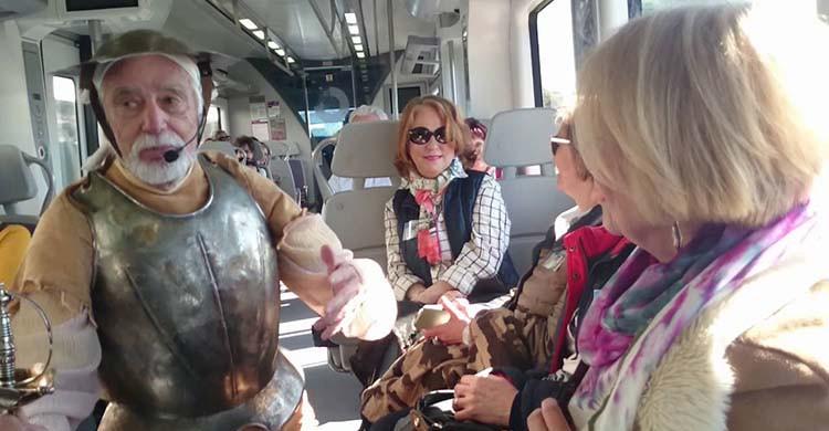 Un actor anima el viaje en el Tren de Cervantes