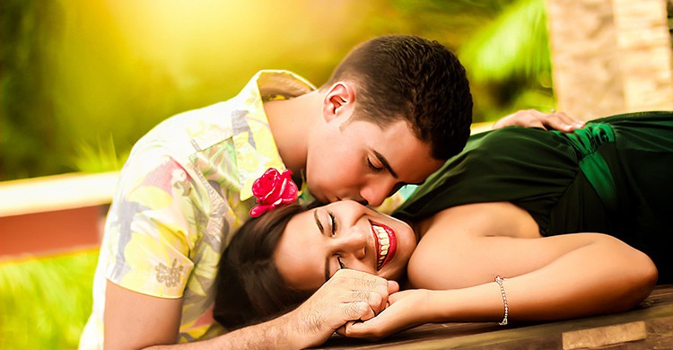 Un chico besa a una chica tumbada