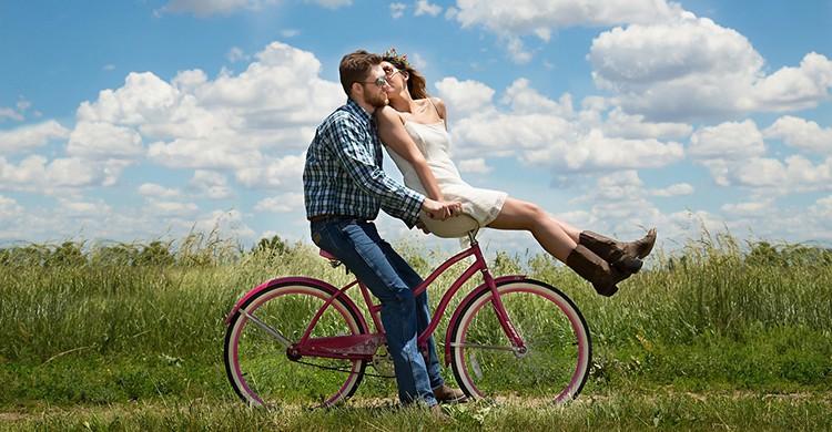 Una pareja va en bicicleta