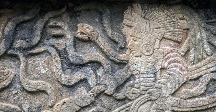 Detalle de bajorrelieve maya en la pirámide de Chichén Itzá