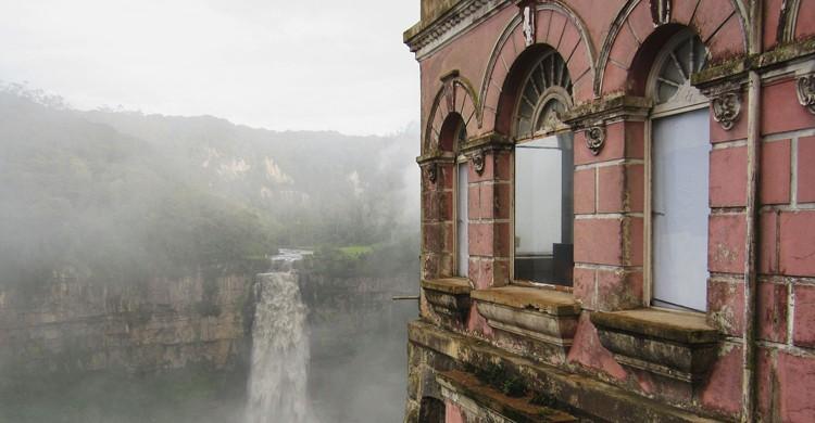 Hotel del Salto junto al Salto del Tequendama (Pedro Felipe, Wikipedia)