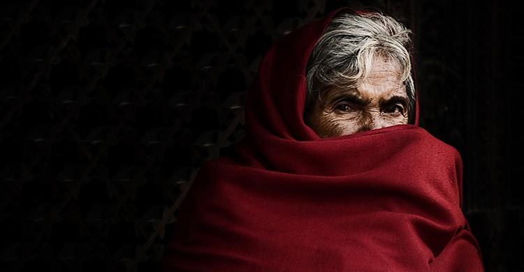 Una mujer nepalí vestida de rojo