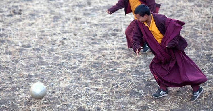 Dos monjes nepalíes juegan al fútbol