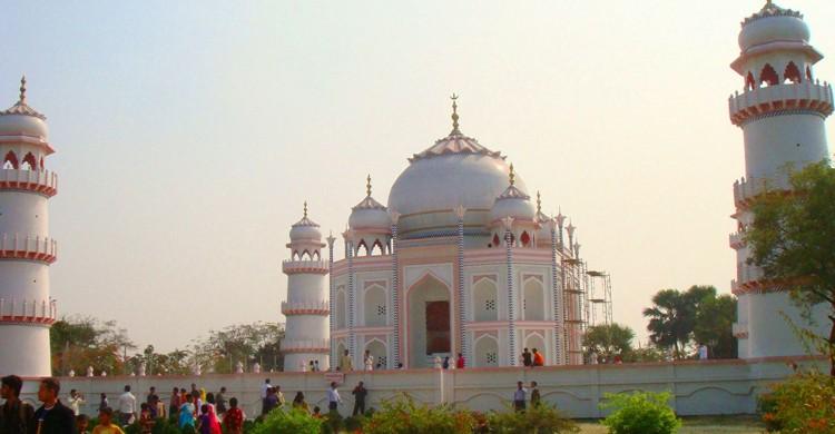 La estructura completa del Taj Mahal (Armanaziz, Wikipedia)
