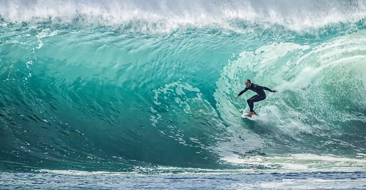 Un surfista coge una ola