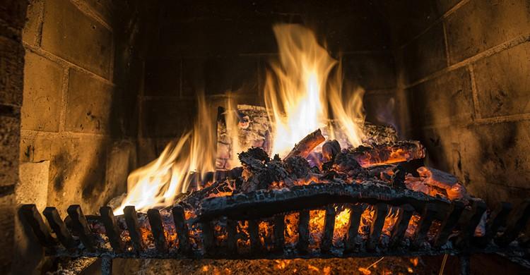 Una chimenea encendida