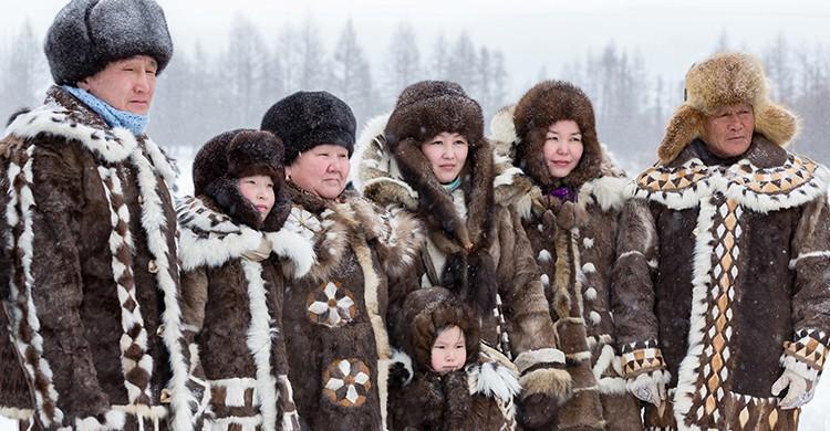 Siberianos con trajes típicos