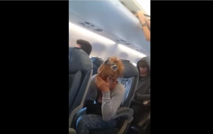 Los pasajeros sabían lo que iba a pasar cuando los jóvenes entraron al baño (Foto temática de YouTube)