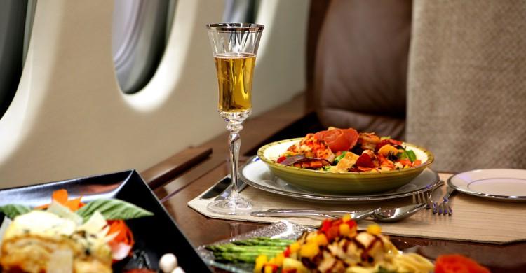 Comida servida en los asientos de primera clase de un vuelo