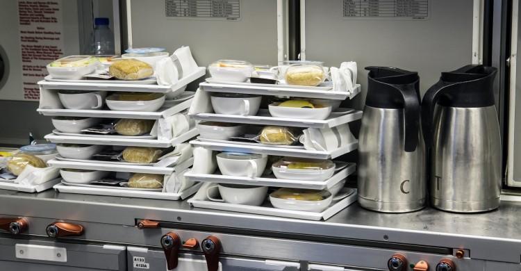 Bandejas de comida en un avión