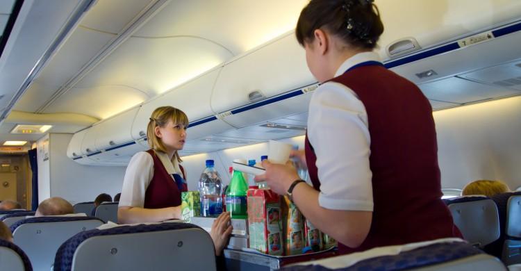 Dos azafatas sirven la comida en un avión