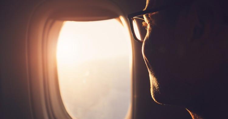 Una persona al lado de la ventanilla de un avión