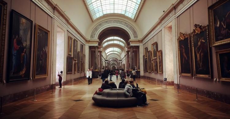 Personas sentadas en el interior de un museo