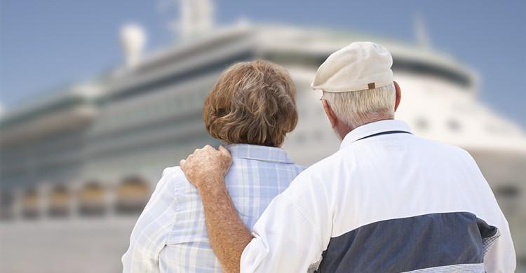 Dos ancianos miran un crucero