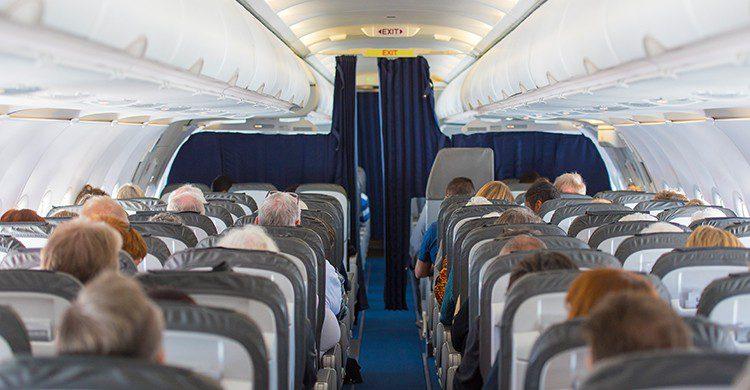 Pasajeros a bordo en un vuelo (iStock)
