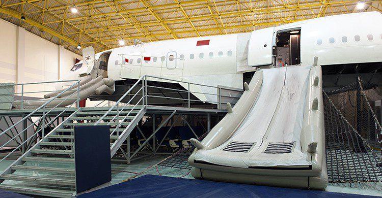 Tobogán desplegable en caso de emergencia de los aviones (iStock)