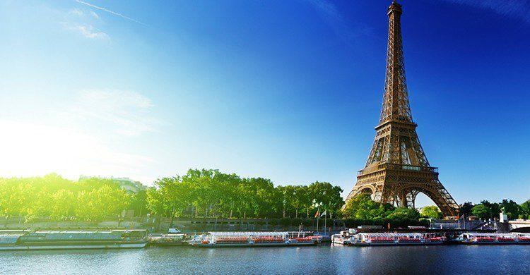 Si no quieres morir congelado en París, planifica tu viaje para el verano (iStock)